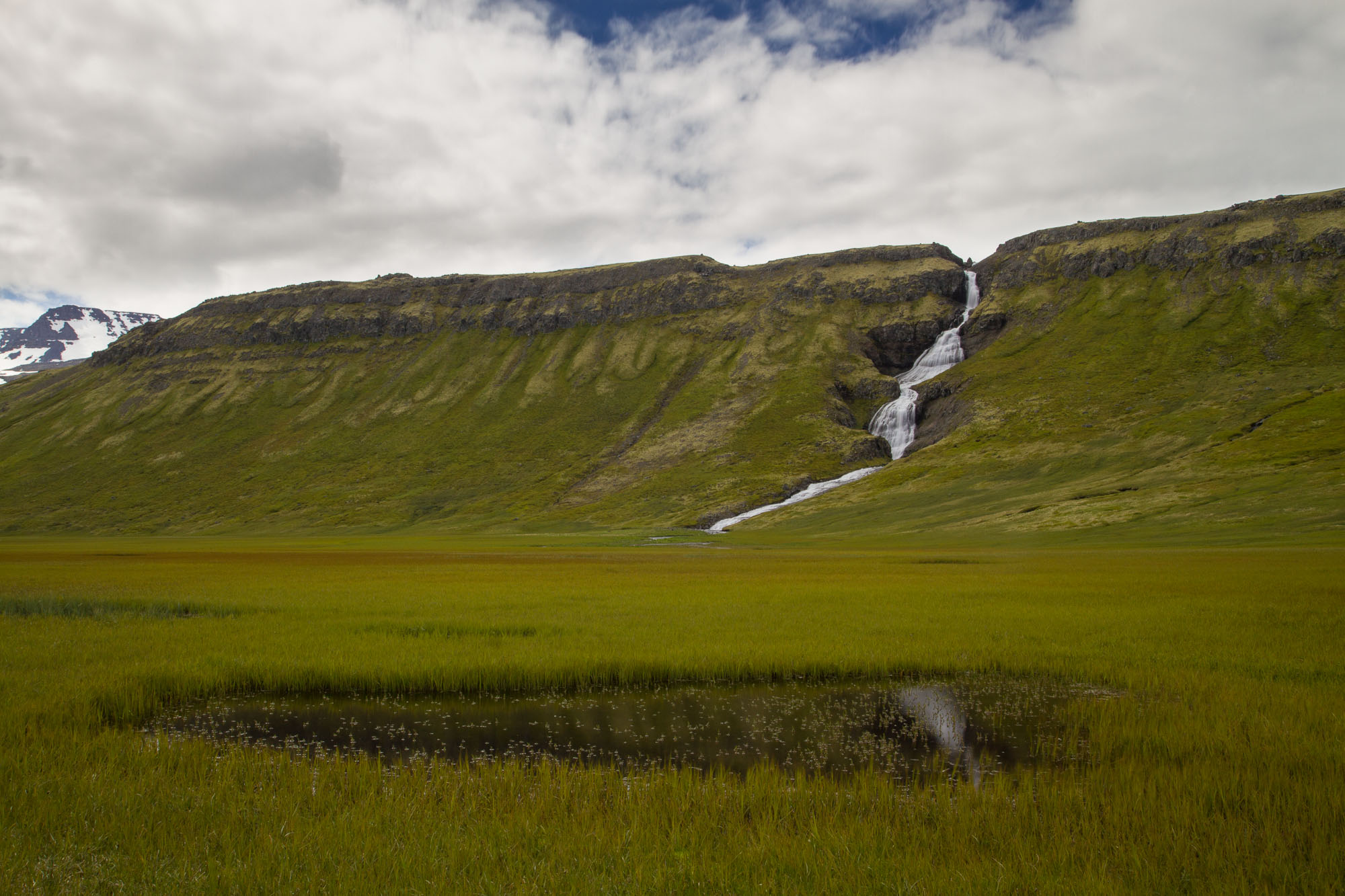 Vue sur la cascade depuis la vallée