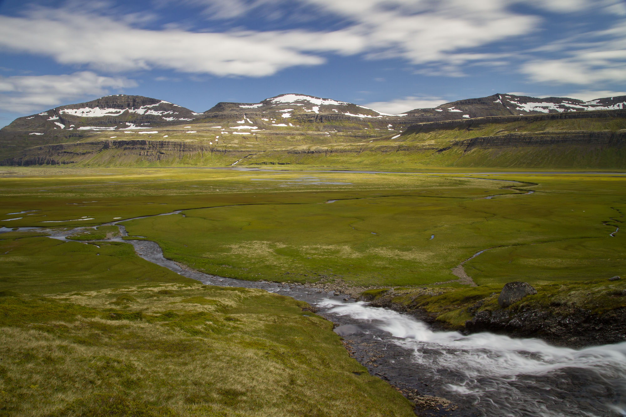 Vue sur la vallée depuis la rive de la cascade